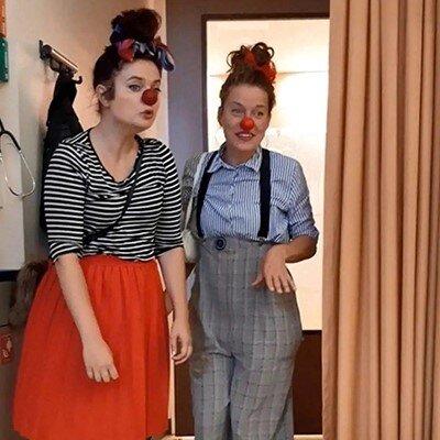 De CliniClowns bezoeken Sientje en haar dochtertje Pip in het ziekenhuis.