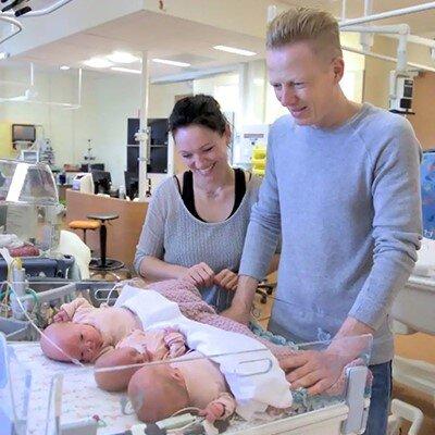 Sientje haar drieling lag na de geboorte op de ic in het ziekenhuis, waar het gezin de CliniClowns voor het eerst ontmoette.