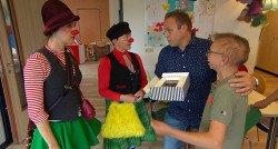 Frans Bauer kijkt mee bij CliniClowns in 'Goed voor elkaar'