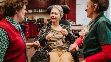 Door kleding in te zamelen voor CliniClowns laat je mensen met dementie even opbloeien.