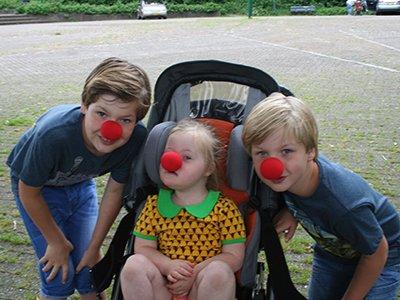 Saar samen met haar broertjes