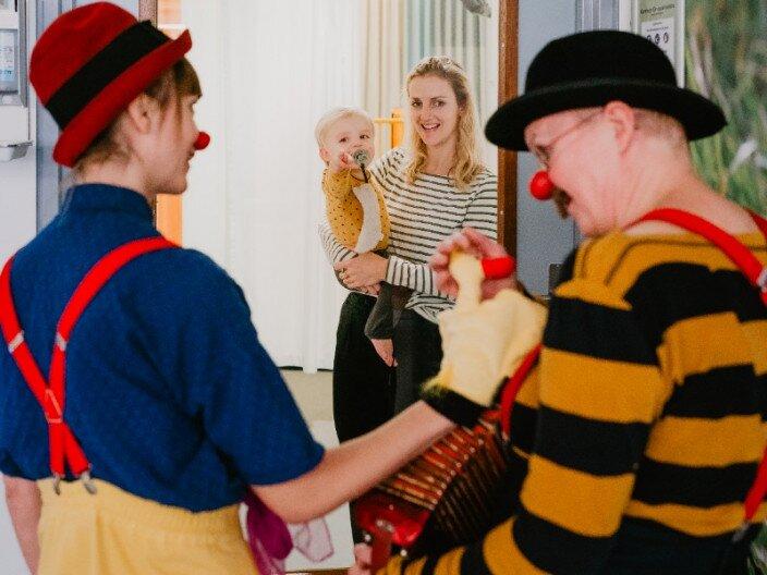 Beau en zijn moeder samen met CliniClowns Jop en Kers