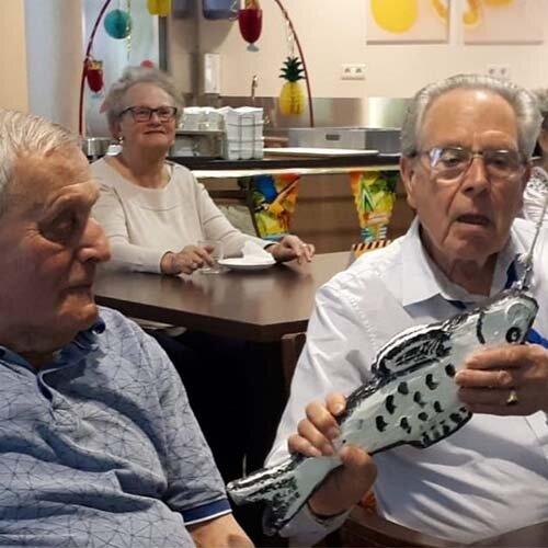 Twee bewoners met dementie van verpleeghuis Heemhof in Apeldoorn tijdens een bezoek van de CliniClowns