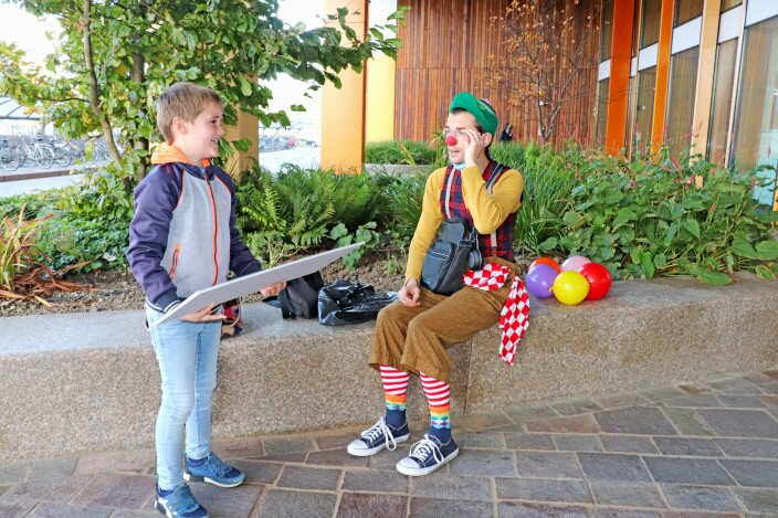 Rense samen met clown Hup