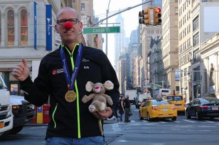 Erik Sluijters deed mee aan de New York Marathon om geld op te halen voor CliniClowns