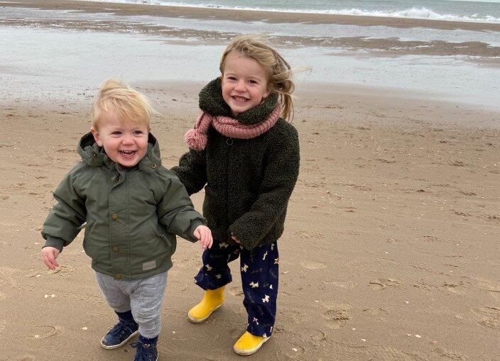 Tom samen met zijn zusje