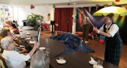 CliniClowns Peer en Roos bezoeken de bewoners met dementie van verpleeghuis Heemhof in Apeldoorn.