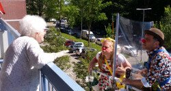 Niki als CliniClown Bonkie op een hoogwerker