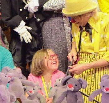 Super Handpoppen als verrassing voor CliniClowns | CliniClowns #JQ11