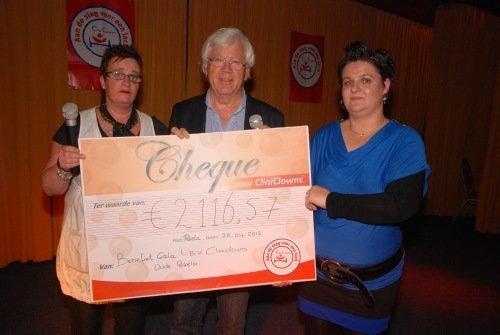 Eeuwe Broersma ontvangt cheque van 2.116,57 euro