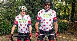 Vader en zoon fietsen naar de top voor CliniClowns