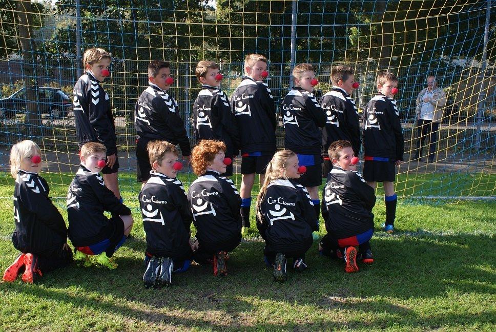 voetbal team in actie voor CliniClowns