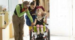 Mirthe wint de rolstoelrace