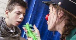 Thomas (14) en de gladde, glibberige, groene rups
